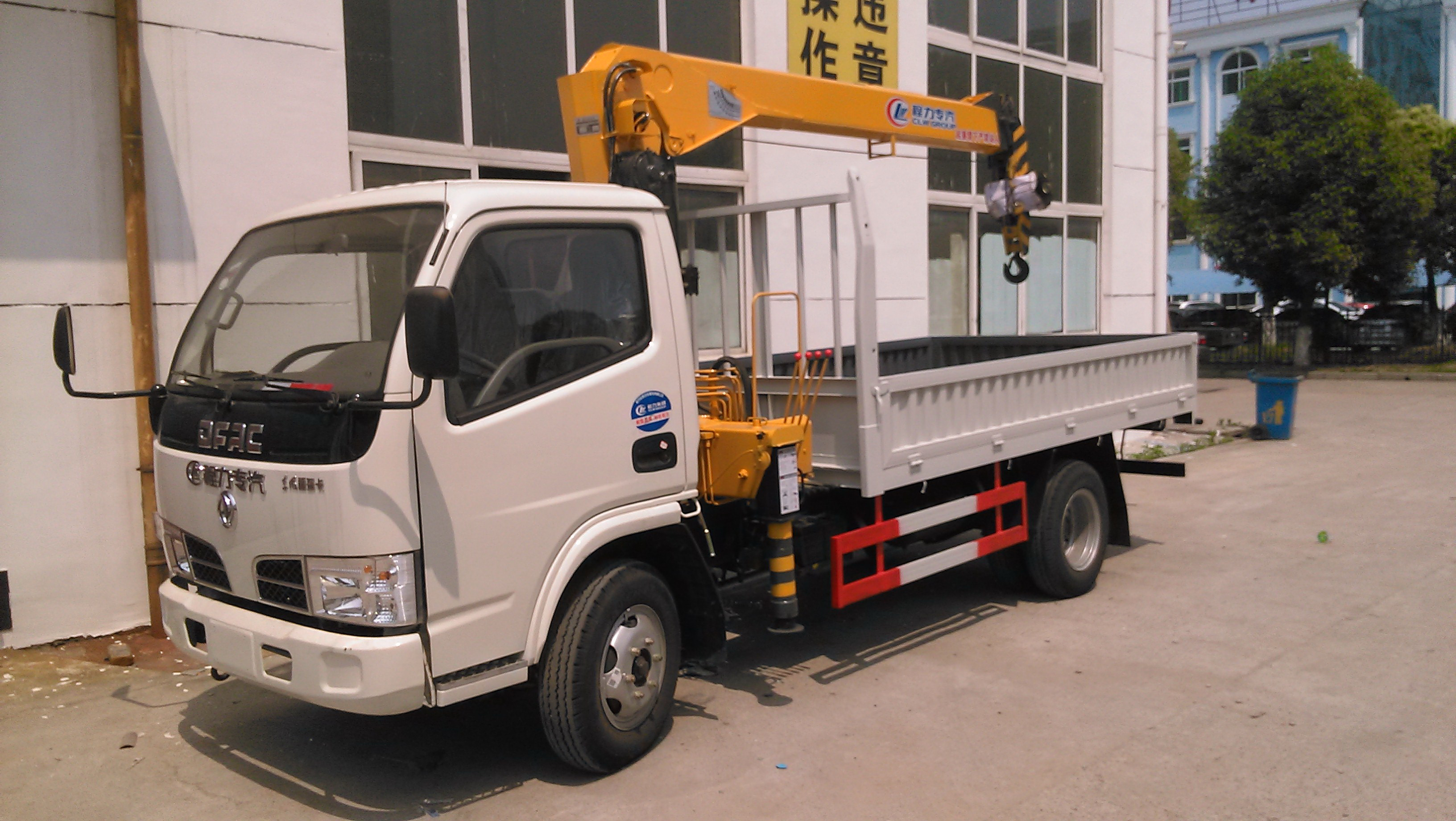 Dongfeng small truck with crane